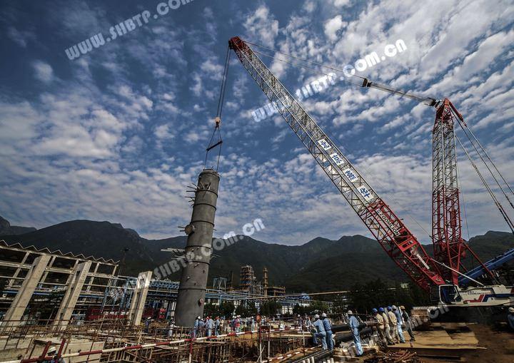 近日,燕化公司第三套三废联合装置顺利完成硫磺回收单元急冷塔8401的吊装任务,标志着该项目由基础施工阶段向设备安装施工阶段过度,为项目按计划中交打下了良好的基础。  第三套三废联合装置是燕山石化公司级的重点项目,该装置的建成对于燕山石化回收生产物料、挖掘生产潜能、减少废物排放、改善生产环境有着重要意义,是燕山石化公司建设本质安全,环境友好,持续盈利百年老店的重要举措。近期,三套三废联合装置将陆续迎来酸